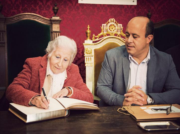 Rosa Fabregat signa el llibre d'honor de la Paeria