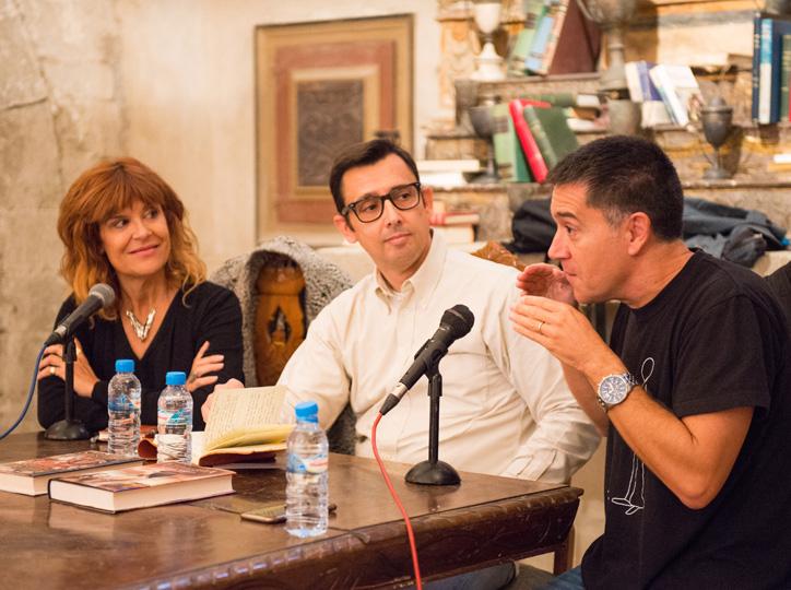 Martí Gironell i Coia Valls parlen amb Eduard Contijoch