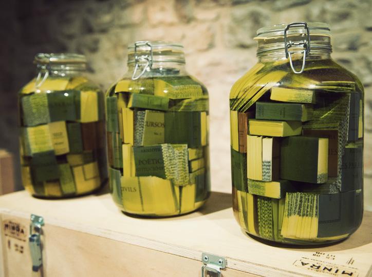 Instal·lació de llibres en oli de l'artista Joma