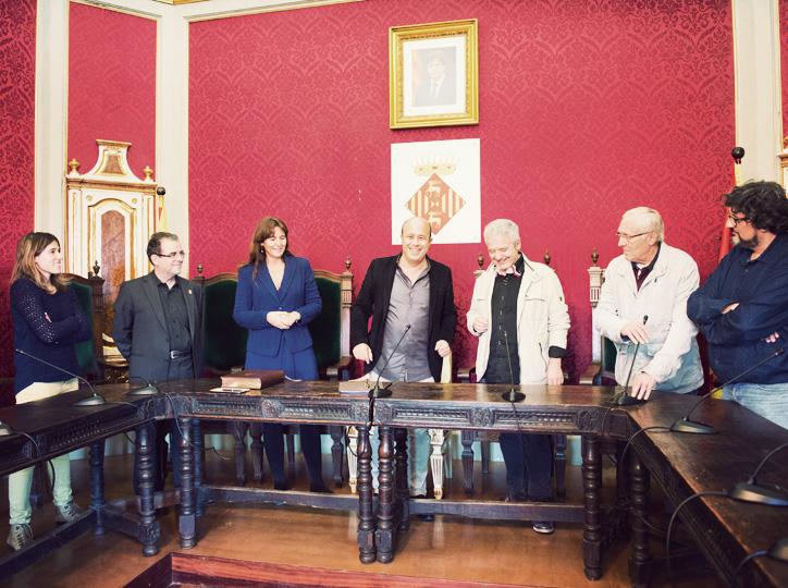 Laura Borràs i Màrius Serra signen al llibre d'honor de la Paeria