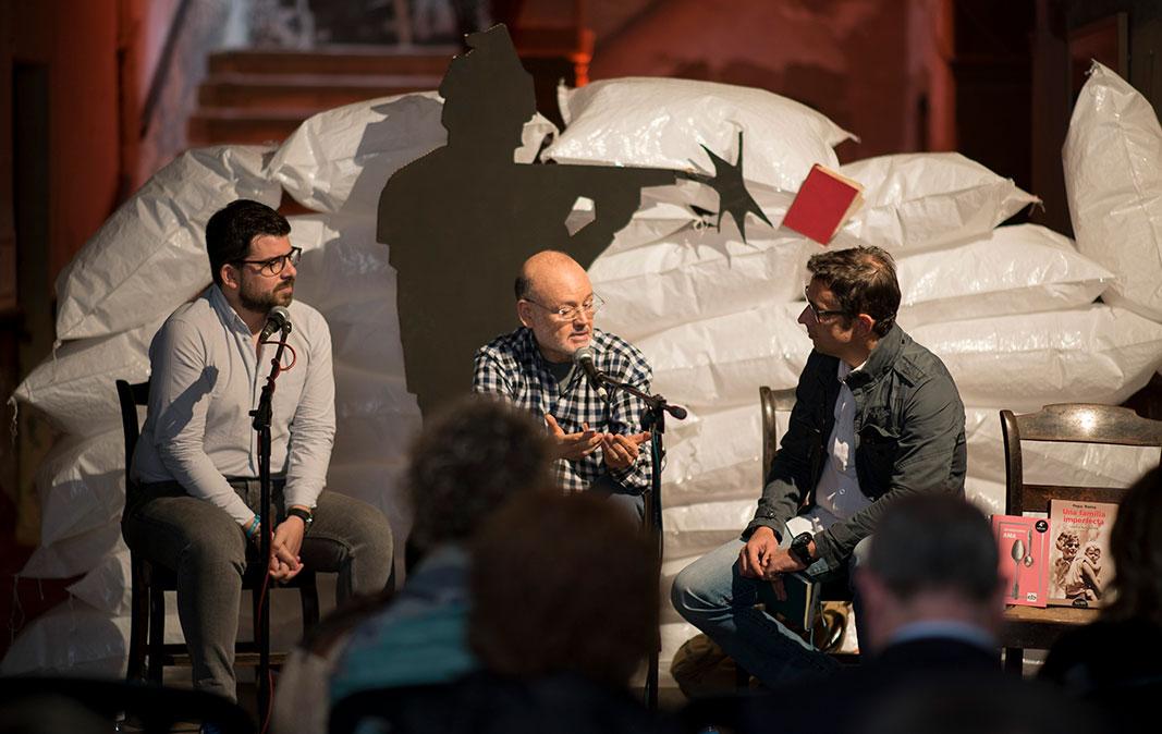 Lluís-Anton Baulenas i José Ignacio Carnero parlen amb Eduard Contijoch