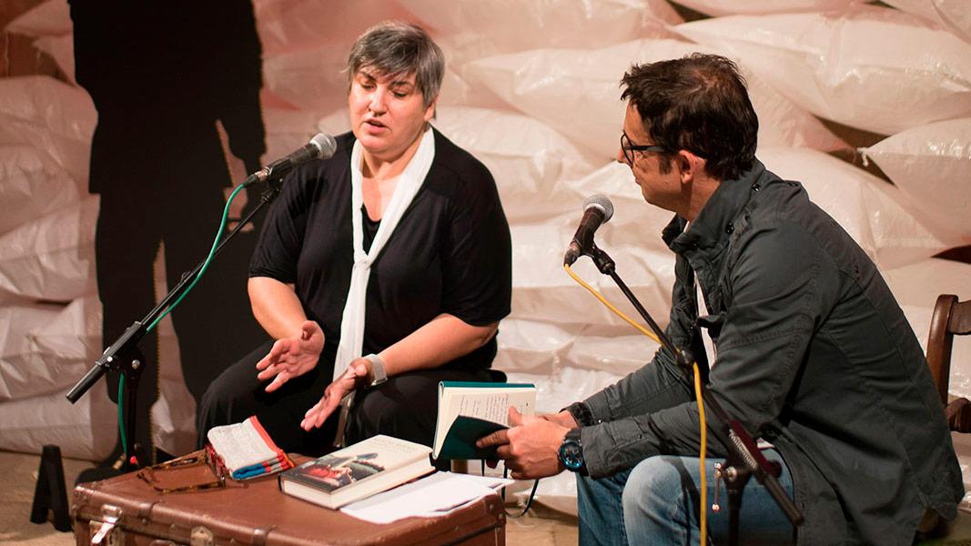 Montse Barderi parla amb l'Eduard Contijoch
