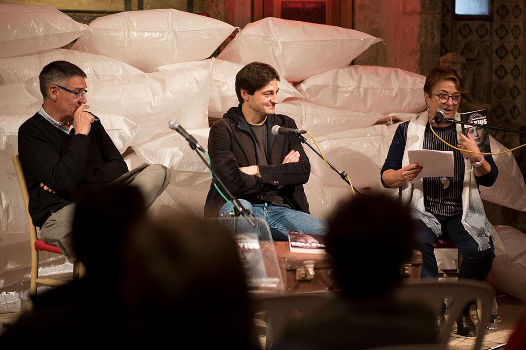 Max Turull i Joan Santanach amb l'editora de Meteora, Maria Dolors Sàrries